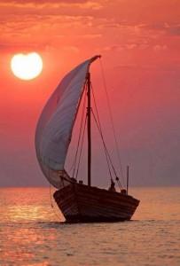 Barque de pêche sur coucher soleil